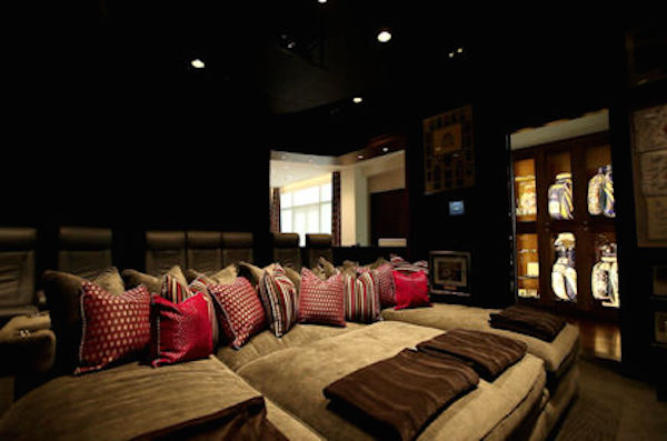 Ohh, wouldn't the hubby love a home theatre room like this one.